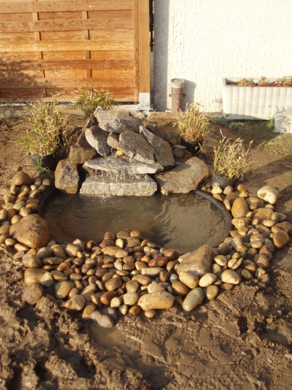 Photo d'un bassin aquatique avec des berges en pierre