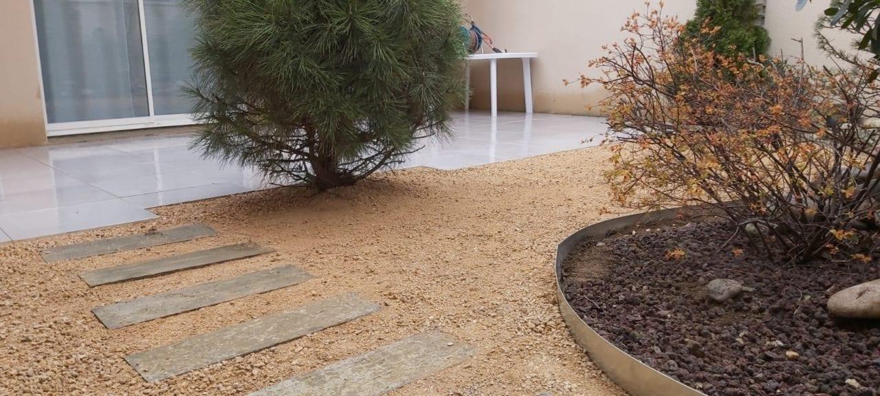 Aménagement d'un jardin avec du concassé