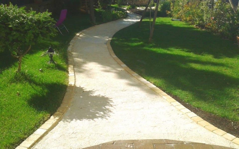 Jardin avec un concassé blanc et du gazon