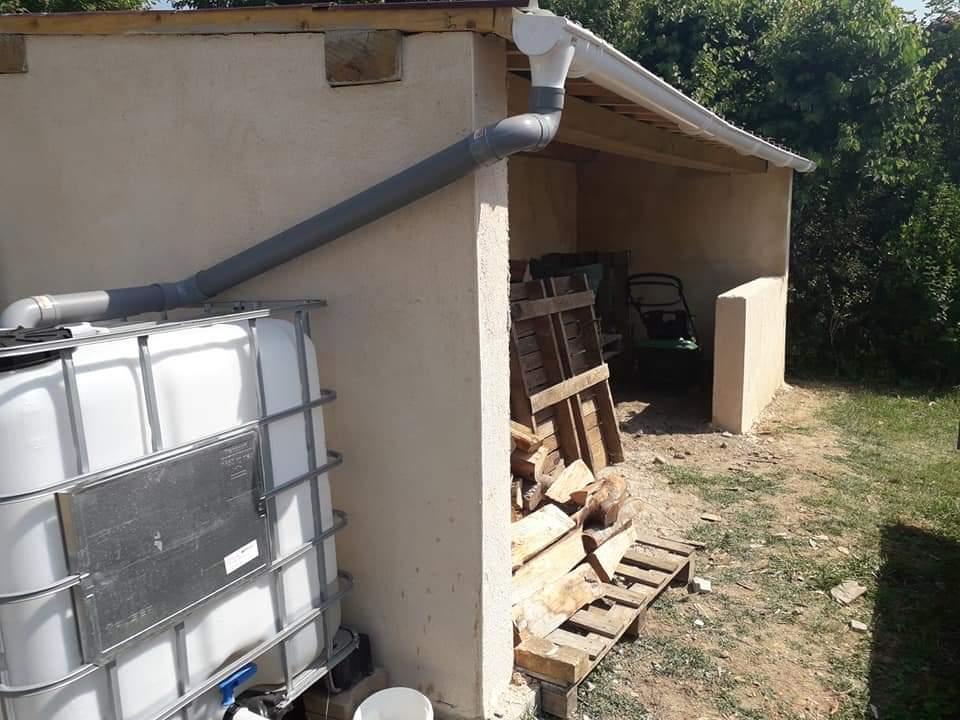 La gouttière est reliée à une cuve pour la récupération d'eau