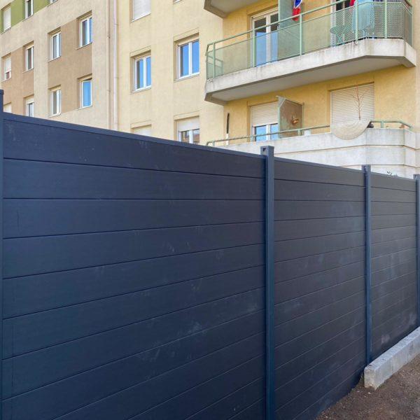 Pose d'une clôture en PVC à Lyon
