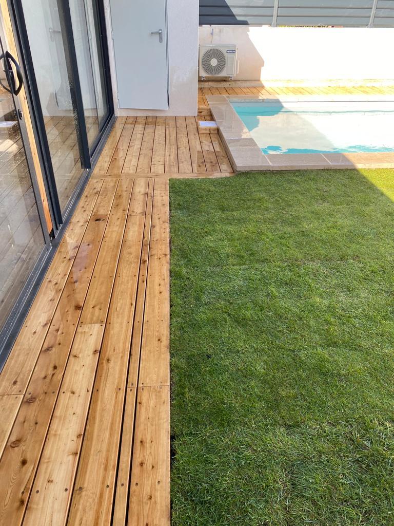 Une terrasse avec un plancher en bois