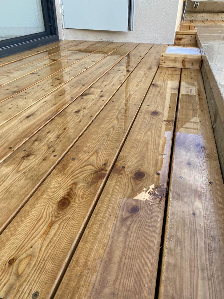 Le plancher en bois résiste à l'eau