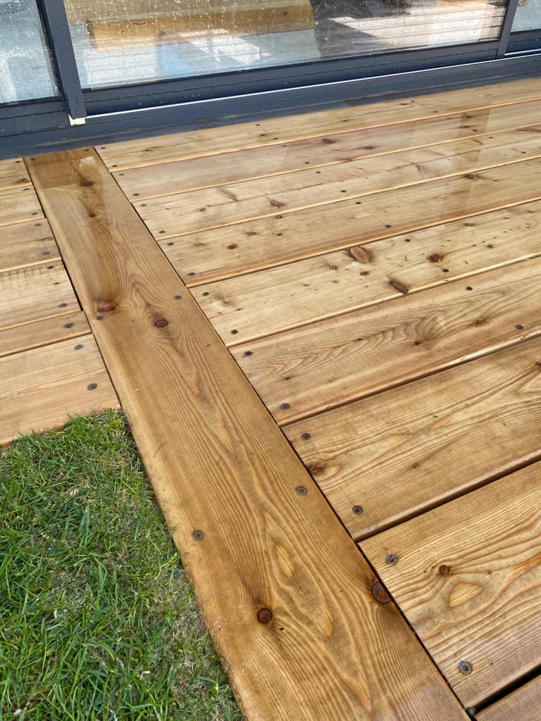 Les coupes précises du plancher en bois
