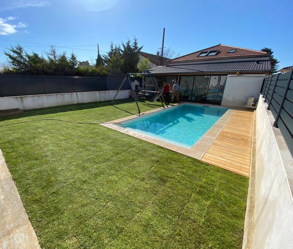 Terrasse en bois autour d'une piscine dans la région lyonnaise