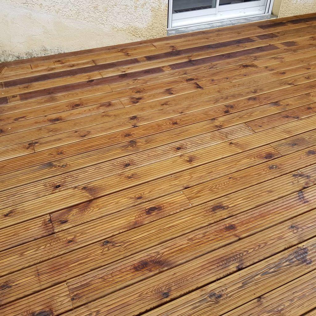 Plancher en bois de pin noir